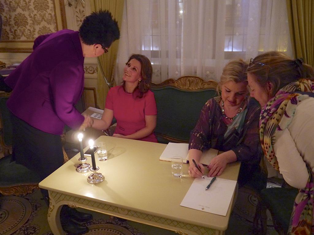 Prinsesse Märtha Louise og Elisabeth Nordeng signerer bøker