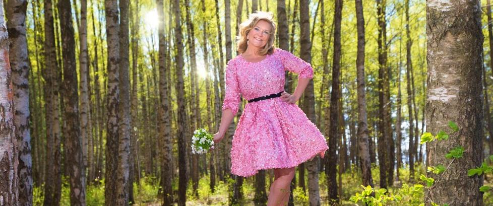 Ambassadør for 1,6 millionerklubbe Elisabeth Andreassen i rosa kjole i skogen