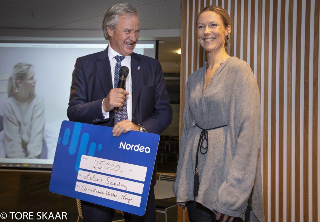Bjørn Kjos deler ut pris til Helen Sandvig