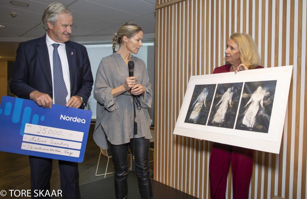 Vigdis Lamberg overrekker et litografi til Helene Sandvig
